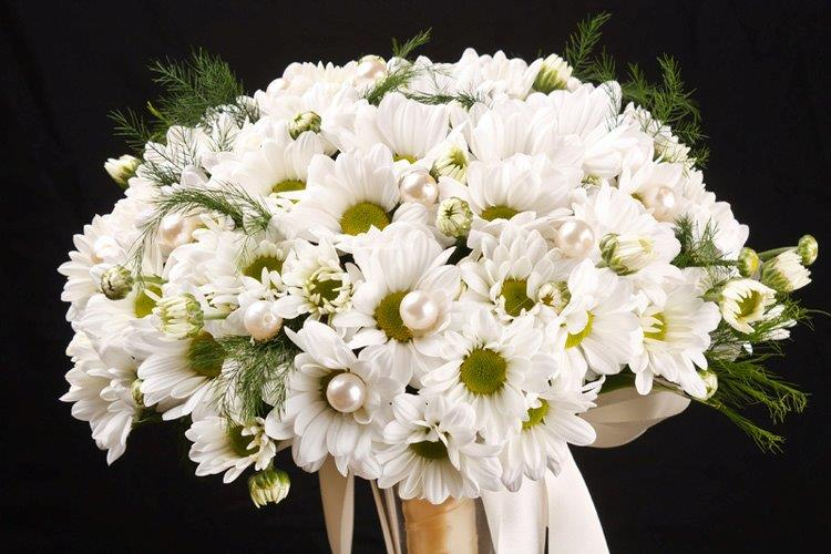 White Wedding Bouquets Online : A guide to the most popular wedding flowers by season