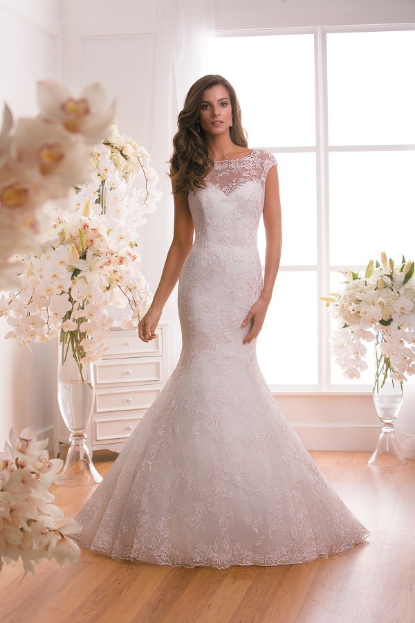 Lace wedding dresses for all figures for Wedding dresses for larger figures