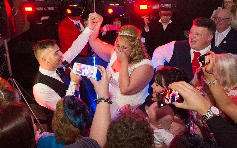 Gary-Barlow-singing-at-fan-wedding