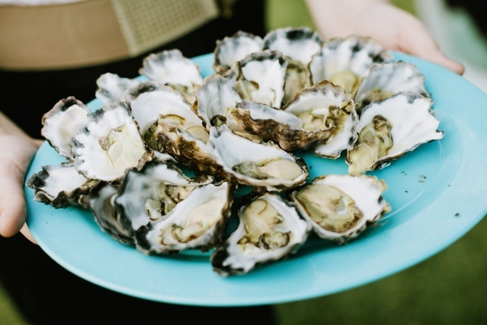 Modern wedding trends - Sips - oyster shucking