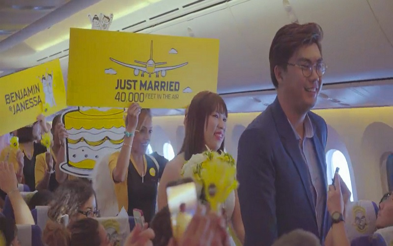 Couple wed on a plane moments after mid-flight proposal