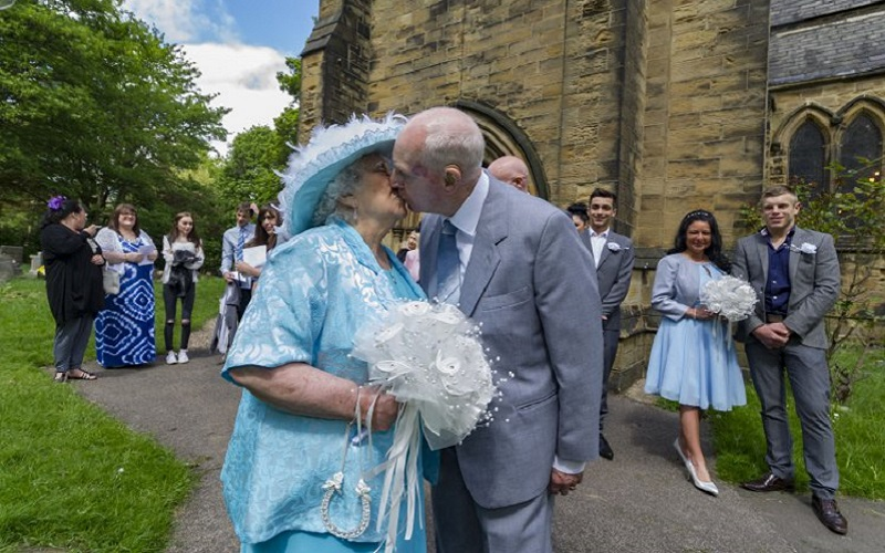 elderly couple marry 4