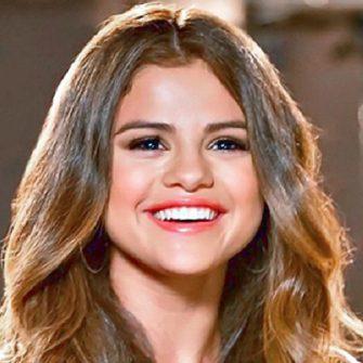 Selena Gomez engaged